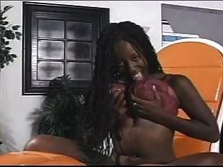 Chica negra se desnuda y juega con su coño