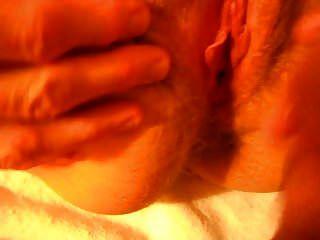 frotando el clítoris de la esposa y corriéndose en el coño peludo