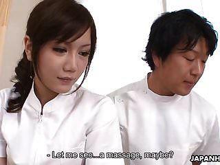 Enfermera asiática recibe un bocado de hueso duro de su paciente