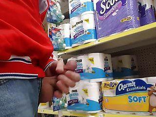 masturbándose en público en la tienda de comestibles.