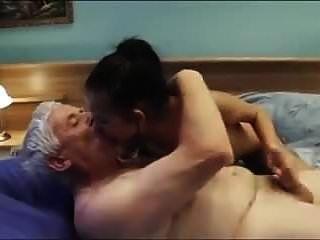 viejo llama a una joven escort sexy con bonitas tetas y cre