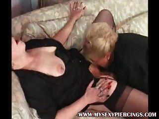 Mis sexy piercings dos abuelas lesbianas perforadas en medias