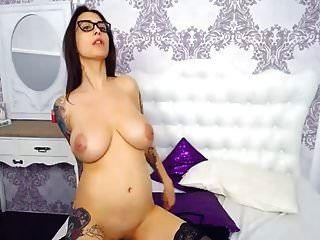 Nena morena con grandes tetas se masturba coño en cámara