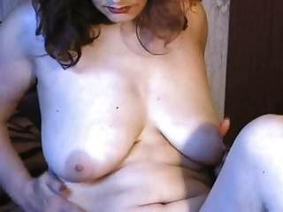 Dama de piel pálida madura y tetona