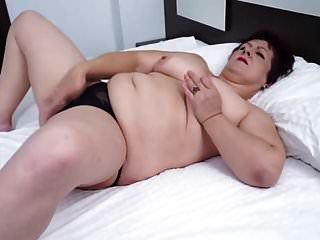 Tetas naturales maduritas mostrando su jugoso coño
