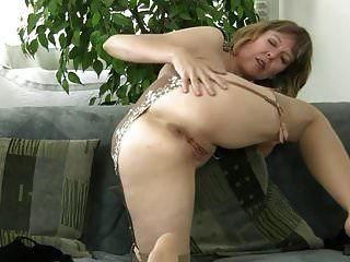 Puta madura desnudándose y masturbándose