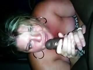 mujer rubia ordeñando bbc