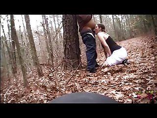 Cara follada en el bosque y atragantándose con su polla y estómago.