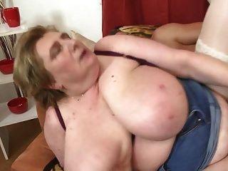 Sexo tabú con madre madura super tetona