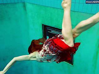 polaca caliente pelirroja nadando en la piscina