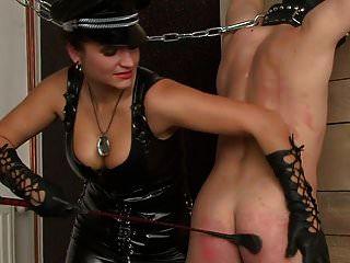 dos mujeres rusas azotan esclavo