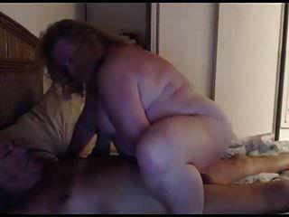 abuelo y abuela juegan en la webcam
