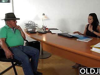 pilla abuelo teniendo sexo con una joven morena en su trabajo