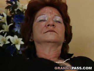 abuela lesbiana folla tetona rubia milf con strapon