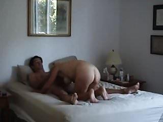 MILF tetona cachonda se termina con un buttplug en el culo
