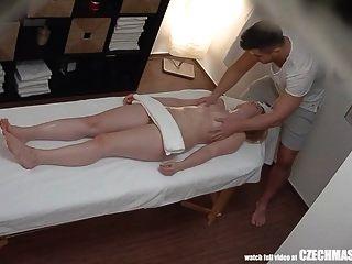 joven se rompió en lágrimas después de un masaje