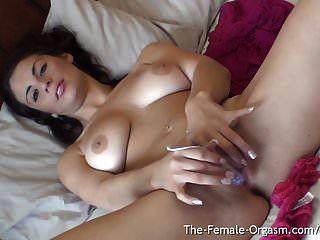 Nena sexy con pechos naturales y orgasmo real de labios grandes.