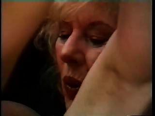 abuelita de grandes pechos seduce a un chico joven y lo tiene golpeando