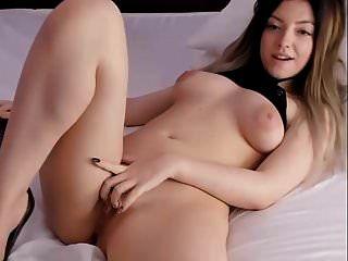 cara de muñeca de belleza julie desnuda en la cama