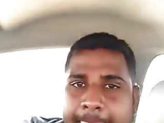 niña india con su novio dentro del coche