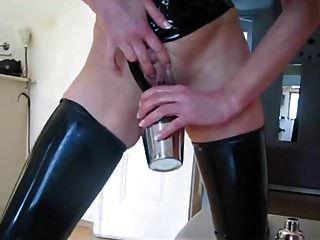 La dueña de látex elabora un cóctel para el esclavo.