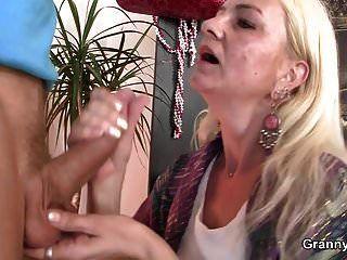 abuelita flaca obtiene su coño peludo perforado
