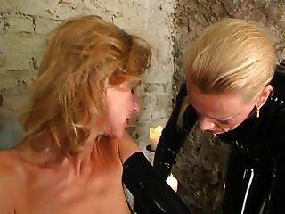 Esclava de látex torturada por una amante de goma