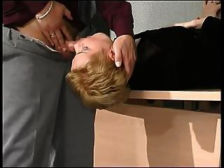 milf rubia perforada en su pantimedias negro