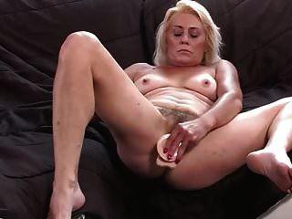 abuelita peluda muestra su coño mojado