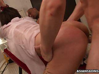 mear bebiendo asiático es atado y ferozmente follado y jugado