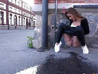 Nena increíble gran orinando público por fetishgreg88