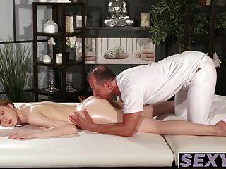 La sexy pelirroja obtiene su coño golpeado doggystyle por una polla gorda