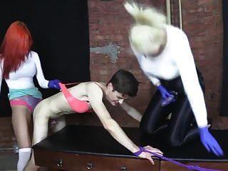 Dos mujeres femdom se turnan para follar con strapon cornudo