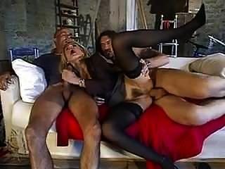 italiano maduro se la follan por el culo dos hombres grandes.