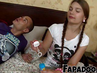 inocente chica flaca le gusta jugar sucio!
