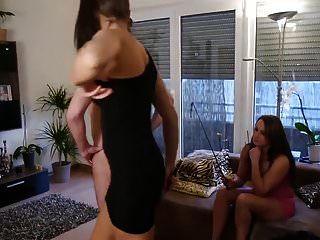 2 chicas orinando en la boca