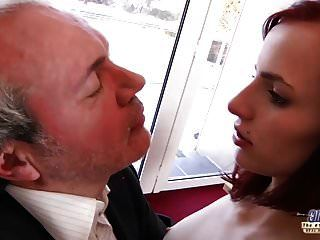 Soy una joven secretaria seduciendo a mi jefe en la oficina de trabajo.