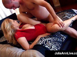elegante milf julia ann recibe 2 pollas en su boca y coño!