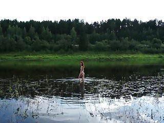 nadando desnudo en el río volga
