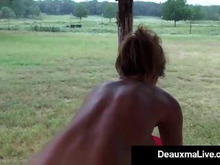 Aceites de puma tetona para arriba y ejercicios desnudos en su porche!