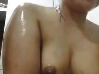 niña indonesia tomando ducha en cam
