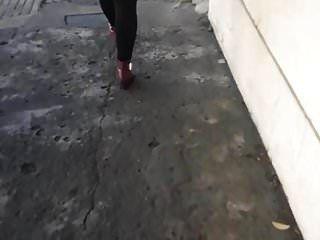 agarrón de culo a puta zorra en la calle