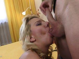Sexo en casa tabú con mamá sexy e hijo joven