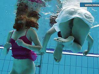adolescentes acalorados en la piscina