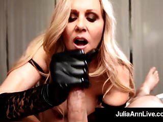 Milf del año julia ann usa guantes negros para ordeñar una polla!