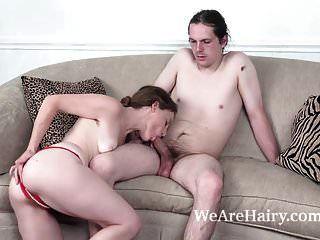 Ana Molly disfruta del sexo duro en su sala de estar.
