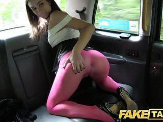 Falsa belleza italiana de taxi en medias obtiene una profunda cogida anal
