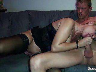 Gran tit MILF alemán con extraño y obtener cum en coño
