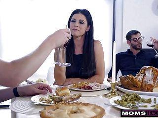 mamá folla a su hijo y come chorreo de leche para un regalo de acción de gracias