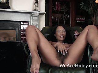 Kayla Louise se desnuda en su sillón